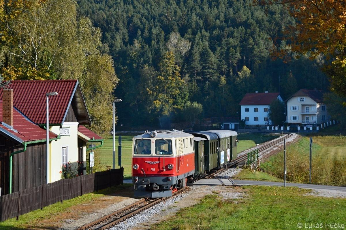 Několik známých mě vysvětlilo, že by bylo dobré se zúčastnit. Tak jsem se zúčastnil podzimní dvoudenní akce na Waldviertelbahn. Pivo teklo proudem, ale vše začalo tímto snímkem stroje 2095.05 v Alt Weitra 06.10.2018