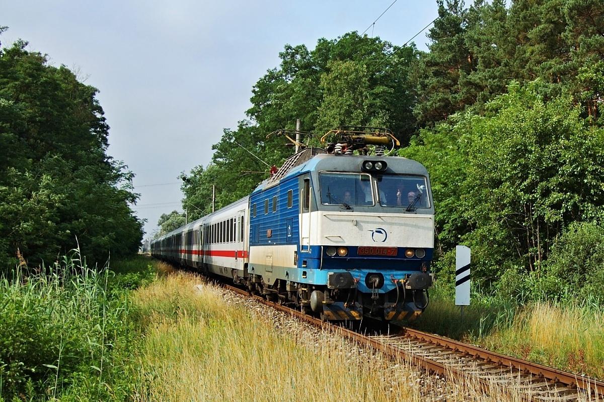 Začátky odklonů přes Holíč a 350.014 přijíždí do žst. Kúty jako EC 30174 dne 29.06.2009
