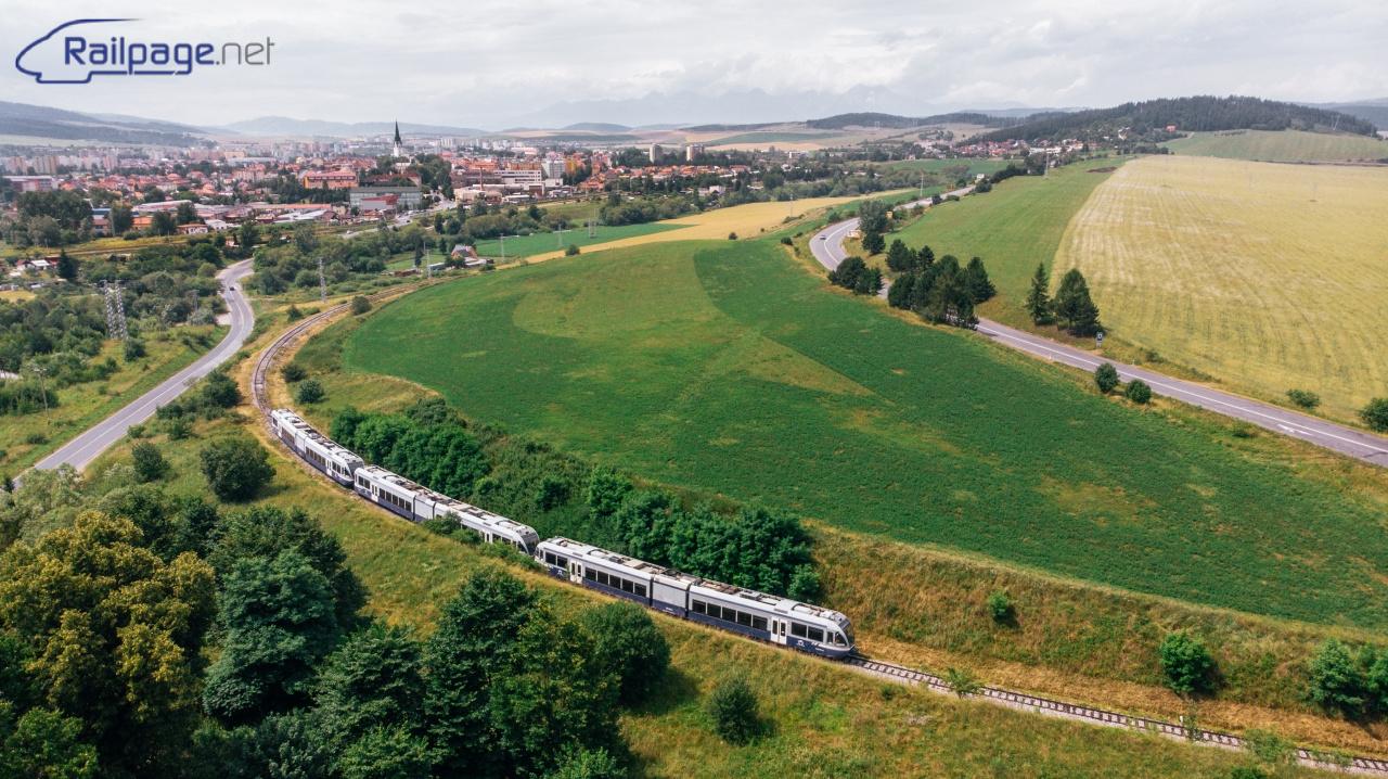 Pri ďalších vlakoch sa na Spiši na mňa usmialo aj slnko. Takto mohla vzniknúť fotografia predposledného vlaku do Levoče s panorámou mesta Spišská Nová Ves