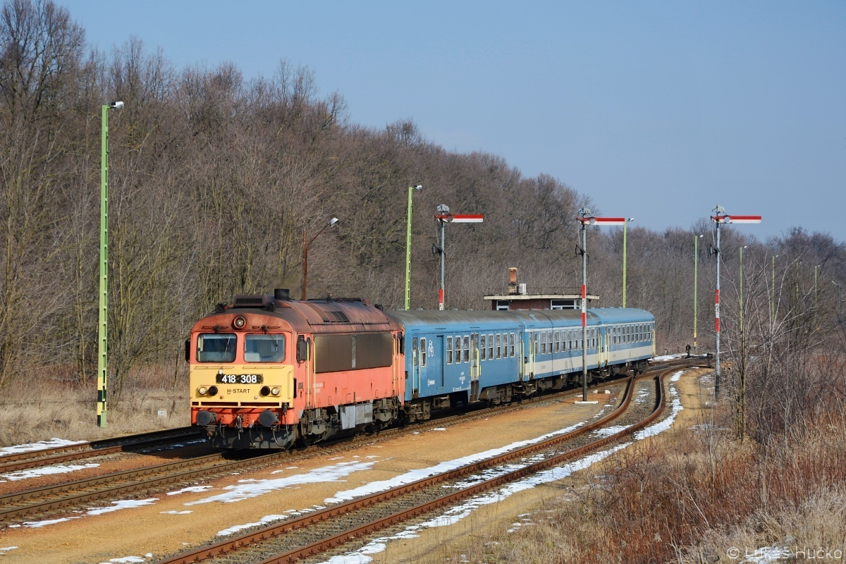 A tohle je předvoj následných několika desítek výletů do Maďarska, každému je jasné proč. Avšak já nezanevřel ani na Csörgő. Dne 15.02.2018 přijíždí do stanice Gecse-Gyarmat stroj 418.308 v čele vlaku S 9292