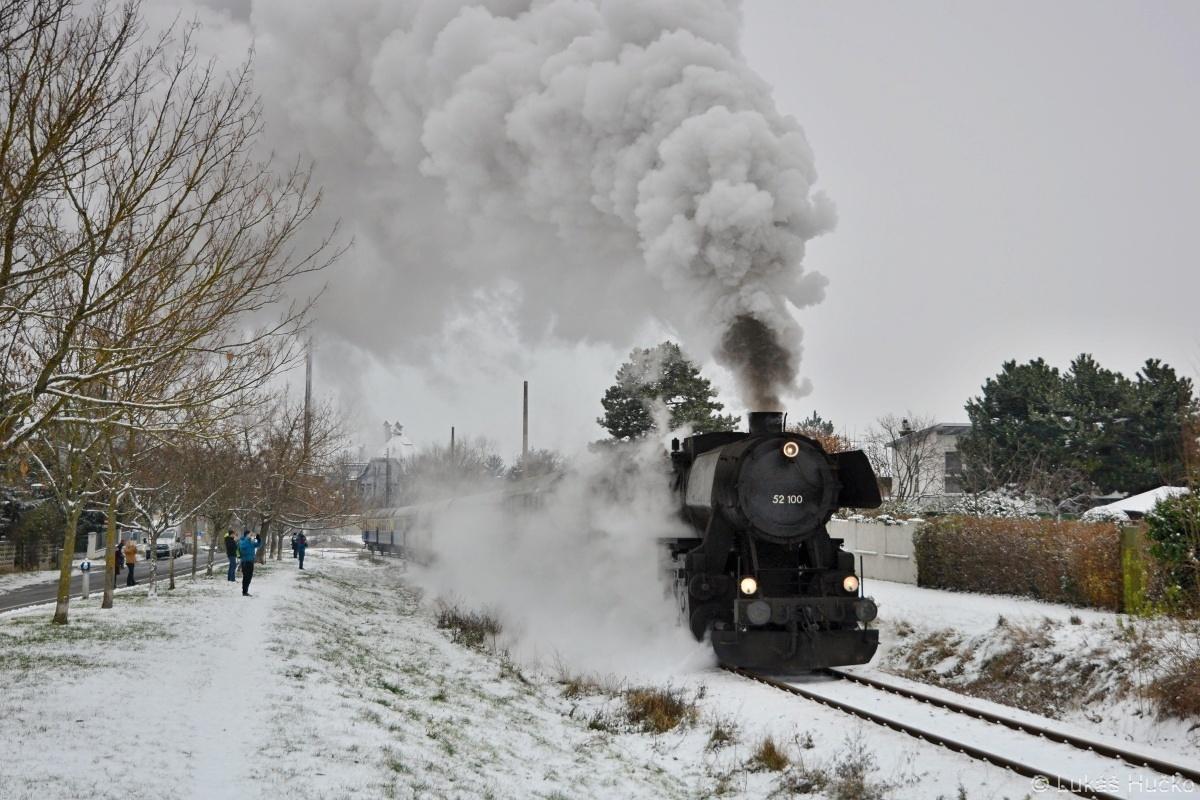 """A na závěr něco německého. """"Němka"""" 52.100 na místní dráze v Liesing v čele Mikulášského vlaku dne 01.12.2018"""
