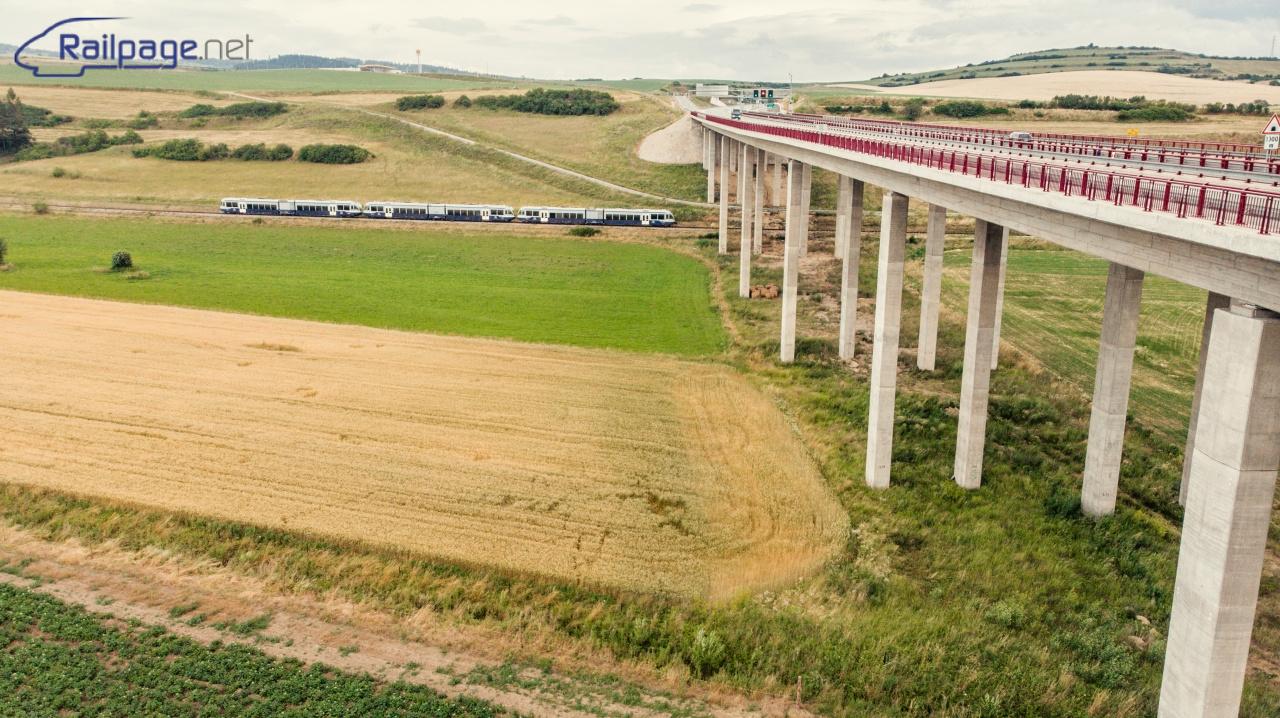 Stále nedokončené spojenie Bratislavy s Košicami - Diaľnica D1 dnes poslúžila ako zaujímavý objekt na fotografii posledného tohtoročného pútnického vlaku do Levoče. Delfíny zachytené tesne pred stanicou Levoča.