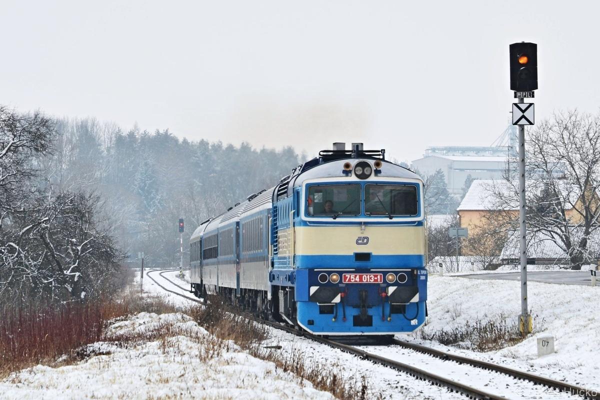 Cestou ze severní Moravy byla informace o nasazení 754.013 do Luhačovic náležitě využita. 754.013 odjíždí z Újezdce u Luhačovic dne 18.02.2018 v čele Rx 885