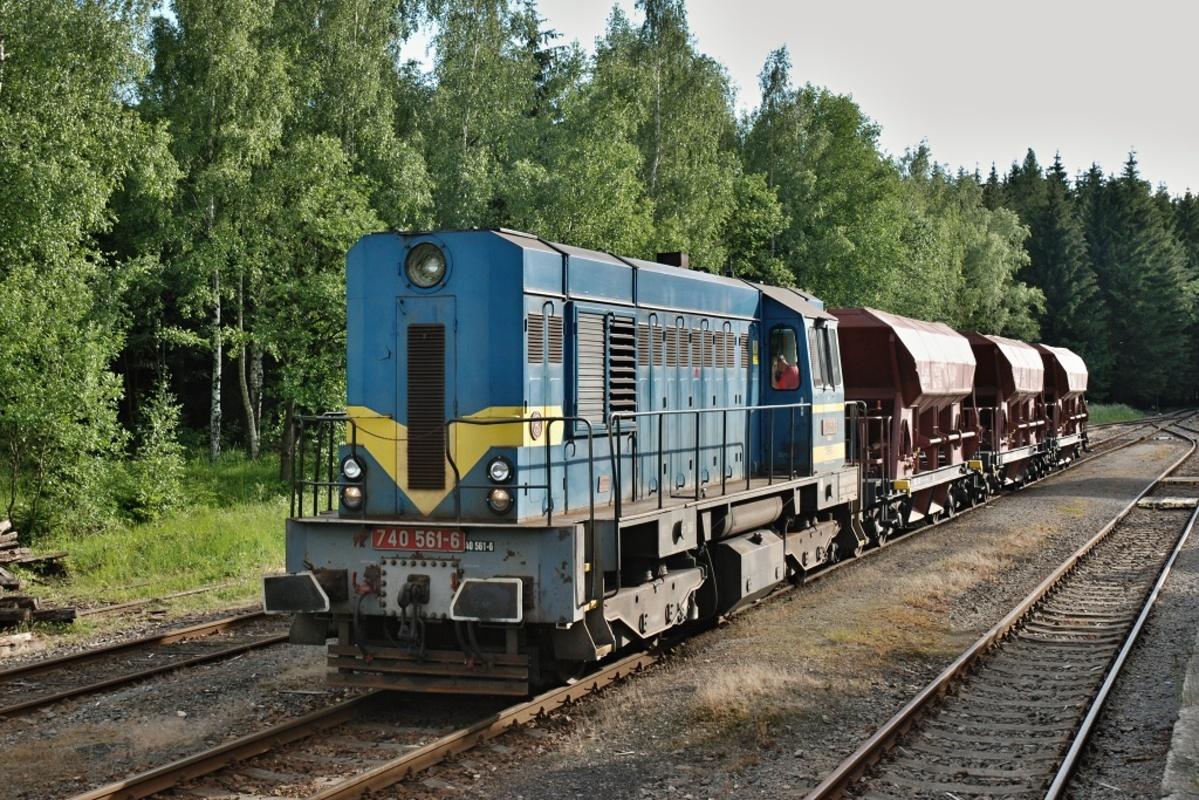 """""""Kocour"""" 740.561 GJW Praha s pracovním vlakem v Květné 11. června 2009. Foto: Josef Vendolský"""