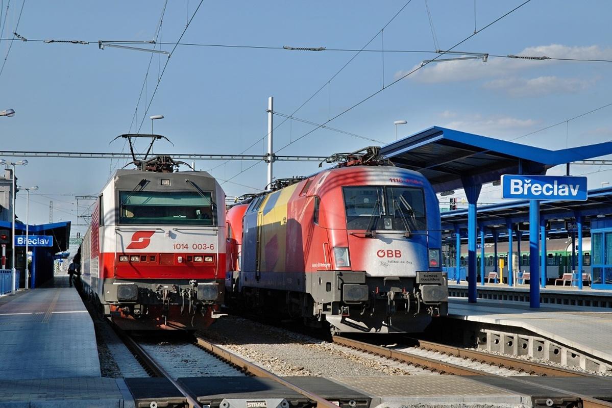 """""""Sissi"""" 1014.003 ÖBB s vlakem EC 105 """"Sobieski"""" z Varšavy do Vídně a duo """"Taurusů"""" 1116.095 a 1116.056 nesoucí polep v barvách Rumunska v Břeclavi 17. června 2009 Foto: Josef Vendolský"""