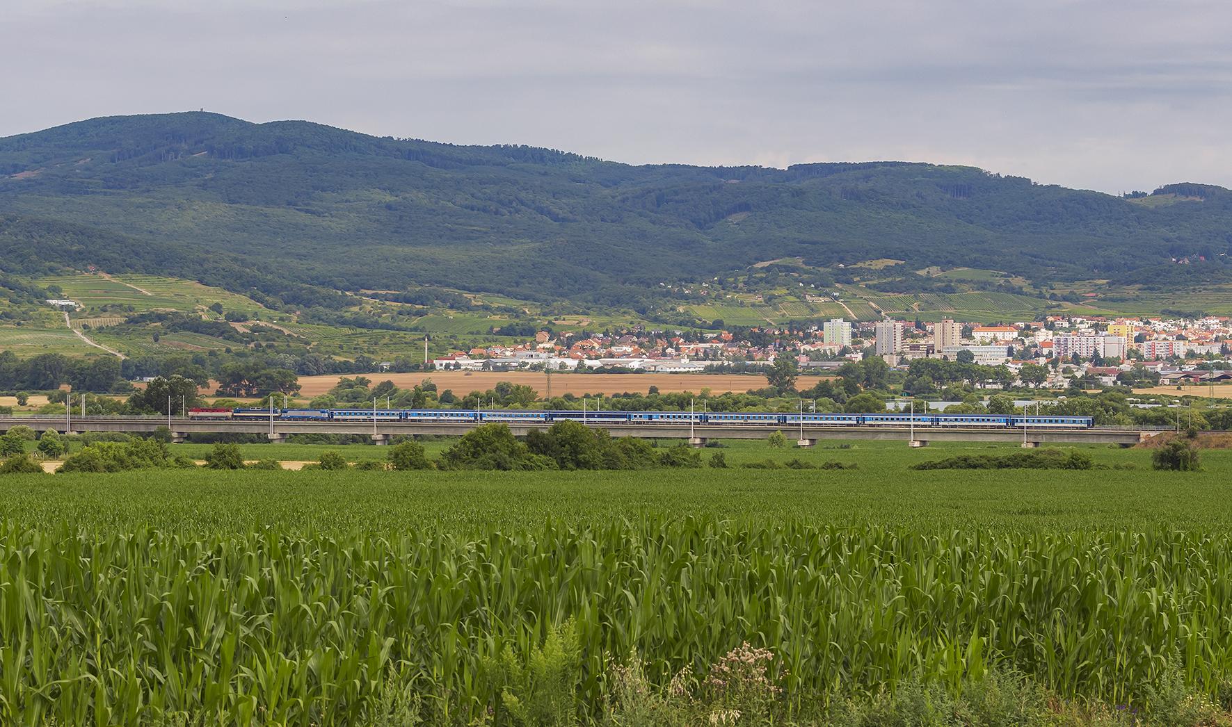 Na ikonickom Šenkvickom viadukte prechádza vlak EC 280 Metropolitan z Budapešti do Prahy s rušňami 751.083, 362.011 a 380.007. Bardotka sa neskôr vrátila z Bratislavy do Leopoldova ako RV, 362.011 odstúpila v Bratislave hl. st. a popoludní sa vydala do Rajky s EC 275.