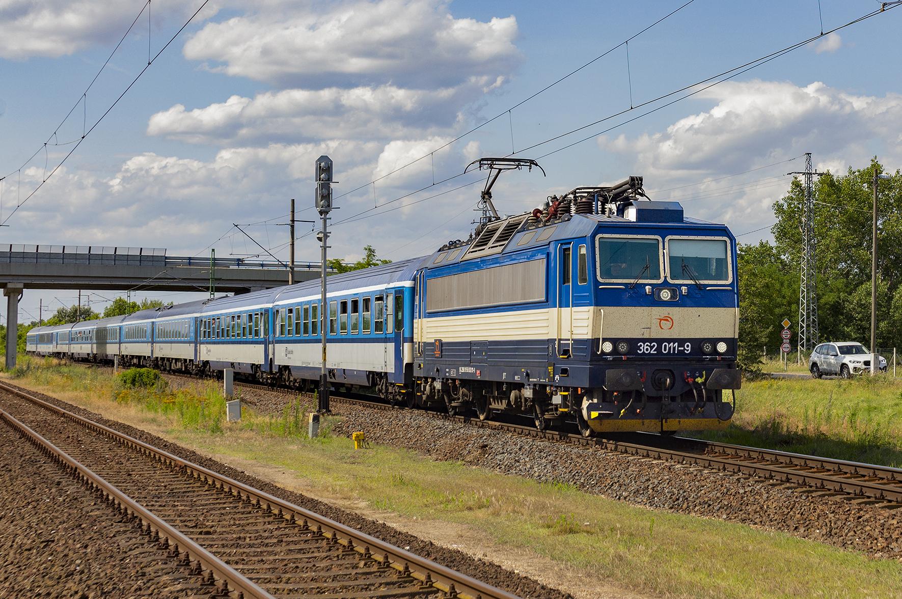 362.011 s EC 277 Metropolitan vchádza do pohraničnej stanice Rajka.
