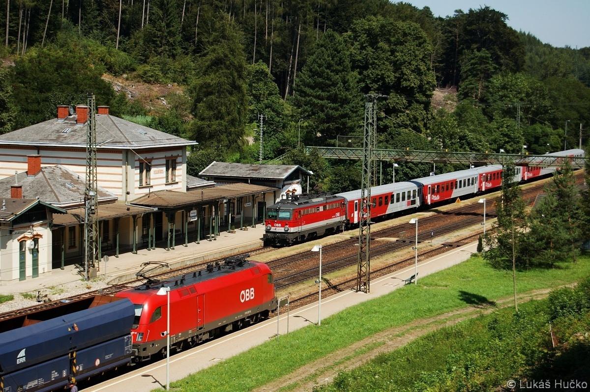 Křižování vlaků ve stanici Rekawinkel. 1116.227 a 1142.671 dne 16.07.2009