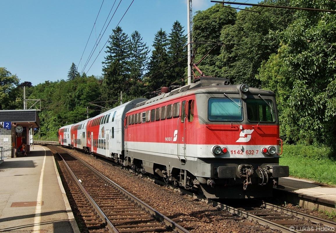 Stroj 1142.632 zachycen dne 16.07.2009 v zastávce Eichgraben s vlakem REX 3293
