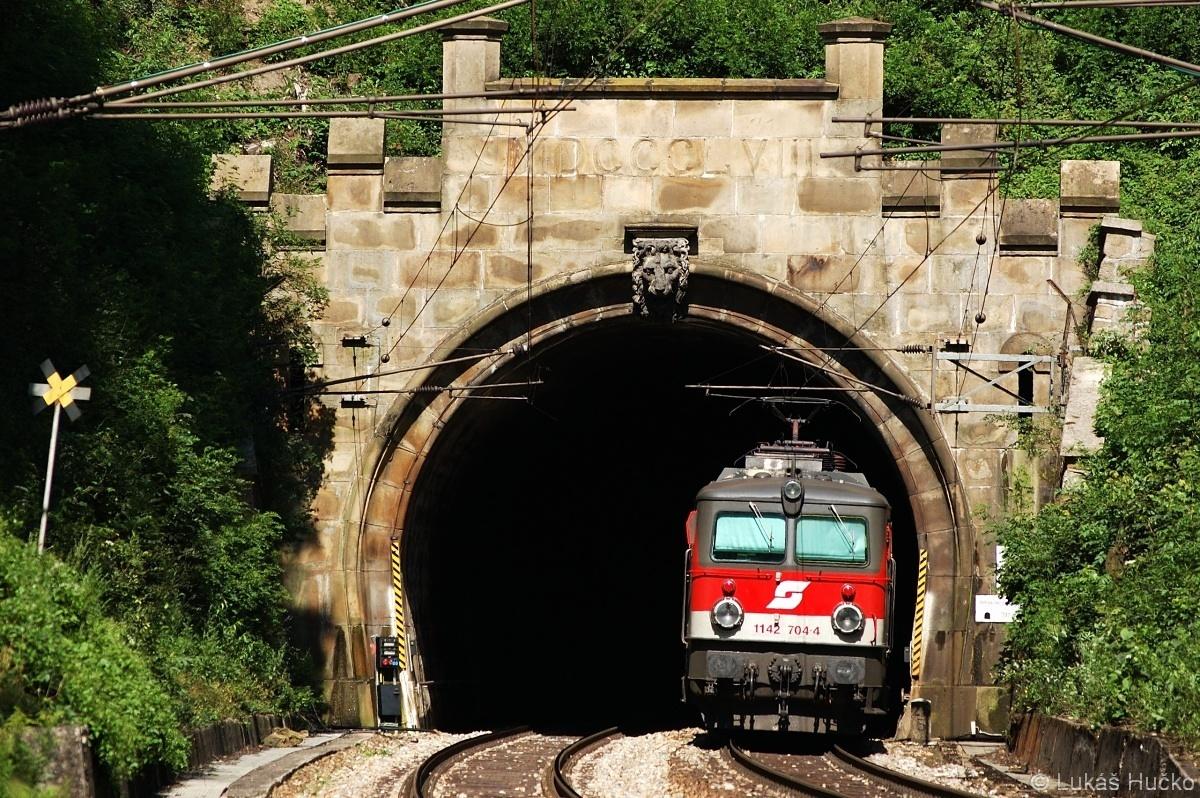 1142.704 na konci vlaku zajíždí do tunelu za stanicí Rekawinkel 16.07.2009