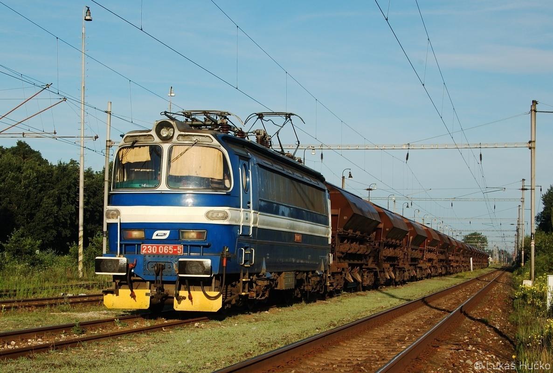 Do stanice Šajdíkove Humence přijel nákladní vlak k nakládce písku s laminátkou 230.065 dne 20.07.2009