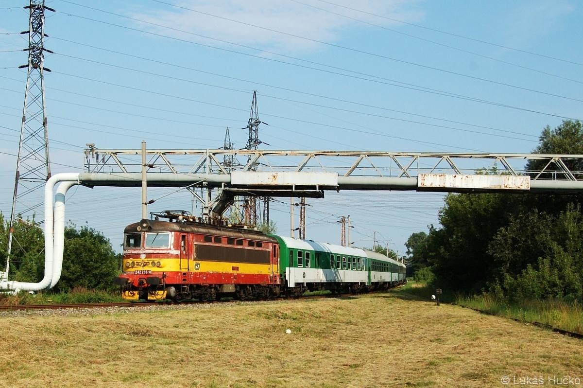 Před zastávkou v Hodoníně je zachycen stroj 242.236 na vlaku Ex 30131 dne 05.07.2009