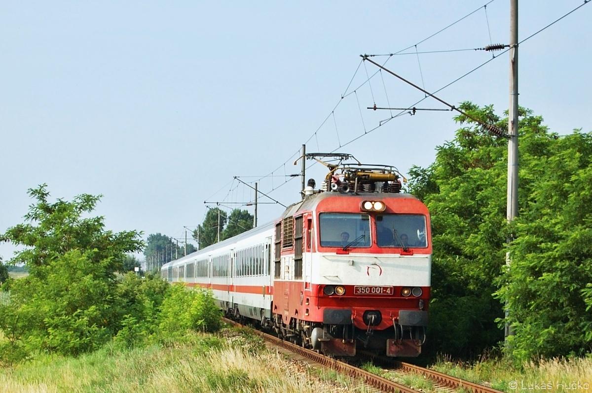 V úseku Kopčany – Holíč nad Moravou projíždí odklonový EC 30174 se strojem 350.001 v čele dne 05.07.2009