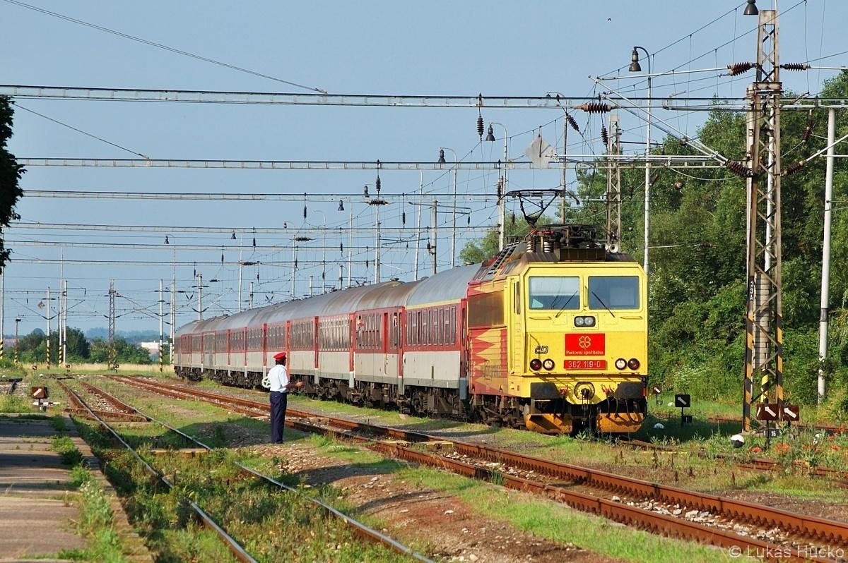 Stanicí Holíč nad Moravou projíždí odklonový Ex 30132 v čele se strojem 362.119 dne 05.07.2009