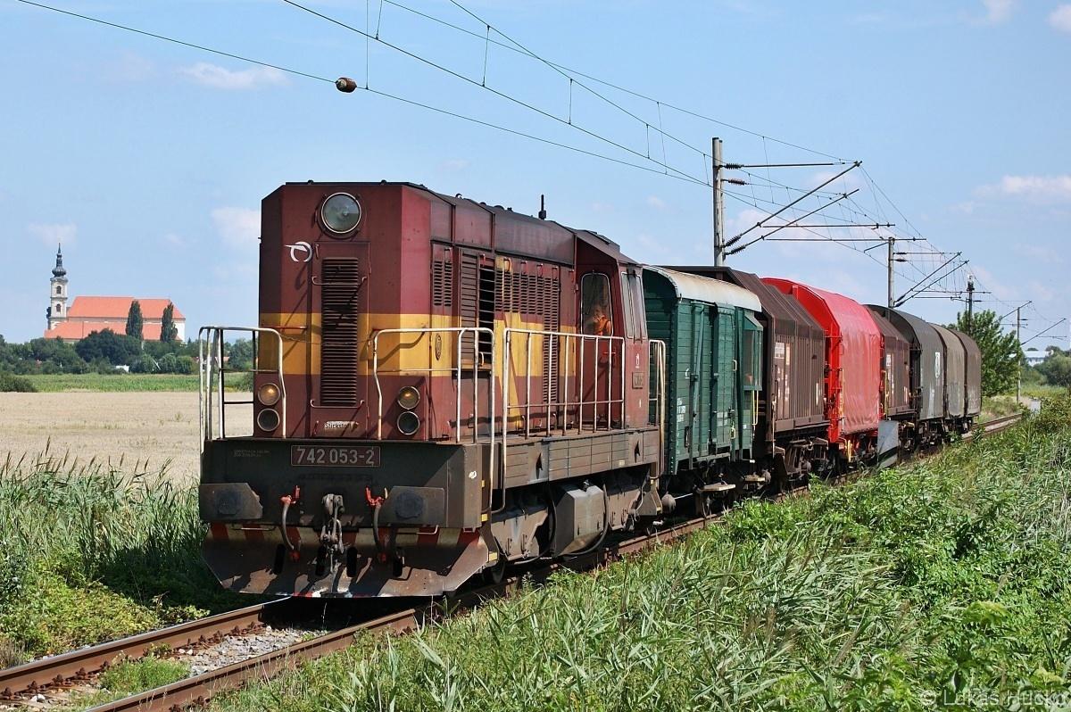 742.053 v čele Mn vlaku za Šaštínem dne 29.07.2009