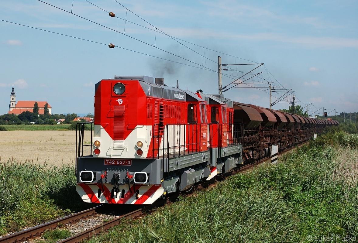 O půl hodiny později nákladní vlak ložený pískem v čele s dvojicí 742.627+742.616 dne 29.07.2009