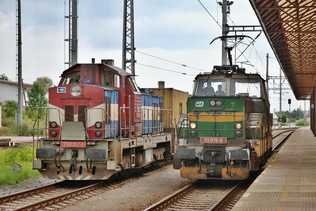Setkání lokomotiv 730.017 s nákladním vlakem a 111.019 na zkušební jízdě ve Svitavách 8. srpna 2009. Foto: Josef Vendolský