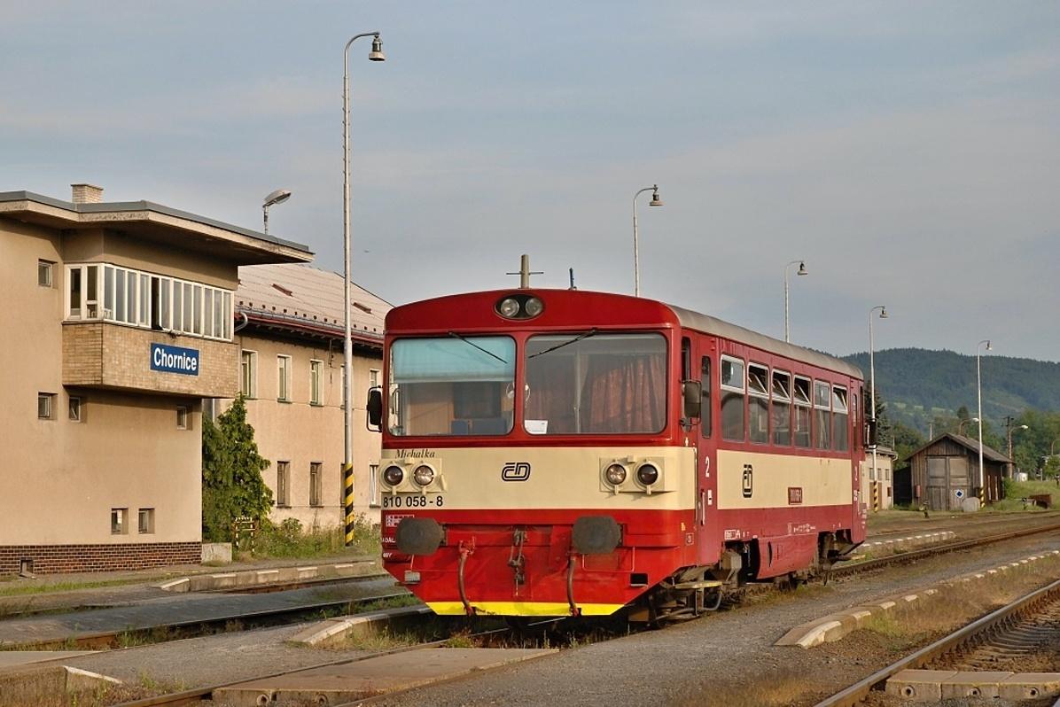 Motorový vůz 810.058 odstavený 10. srpna 2009 v Chornicích. Foto: Josef Vendolský