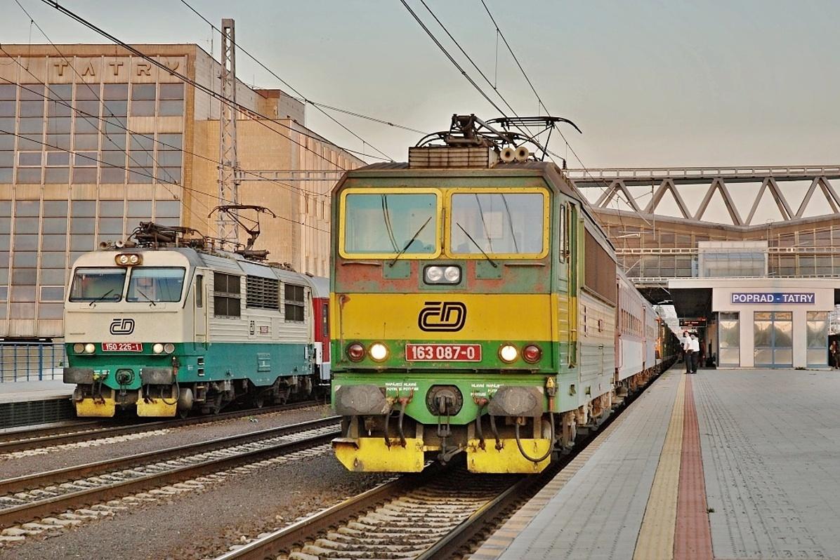 """EN 425 """"Slovakia"""" s pražskou 150.225 je 21. srpna 2009 v Popradu předjížděn rychlíkem 443 """"Šírava"""" s českotřebovským """"Peršingem"""" 163.087. Foto: Josef Vendolský"""