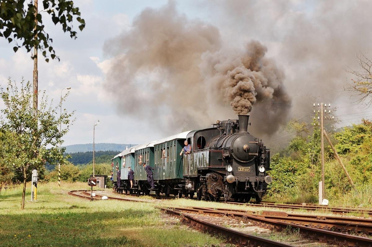 Uhranka 331.037 vjíždí do stanice Vrbovce, 30.08.2009