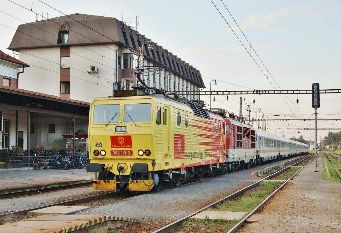 Zpestření dne 06.08.2009 v žst. Kúty na vlaku EC 175 se ukázaly 362.119 a 350.016