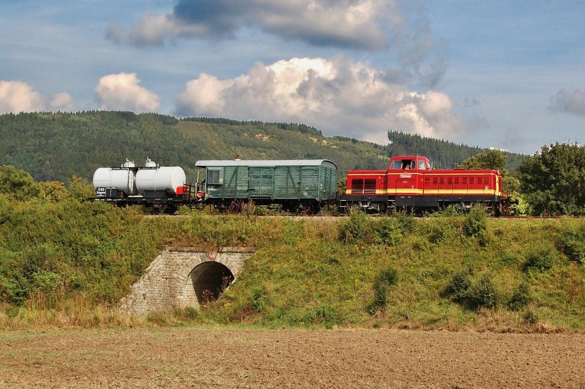 Požární vlak s 725.060 překračuje státní hranici před žst. Vrbovce 30.08.2009