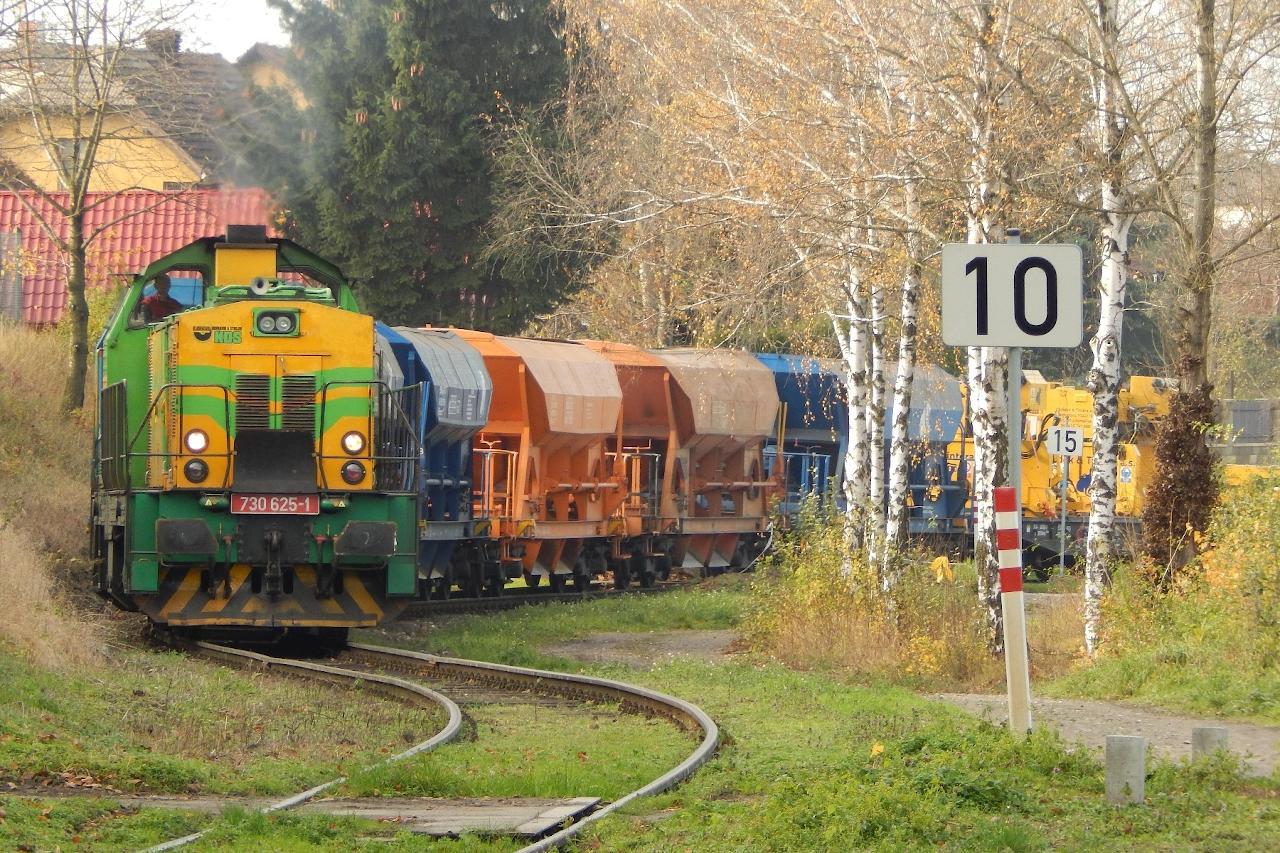 V osobnej doprave na trati kraľujú motorové vozne radu 809, nočné Mn vlaky sú doménou rušňov radu 742. Iné vlaky sú cez Lázně Toušeň výnimočné, jedným z nich bol 15. 11. 2017 vlak spoločnosti KDS s vozňami z výluky Brandýs nad Labem – Neratovice.