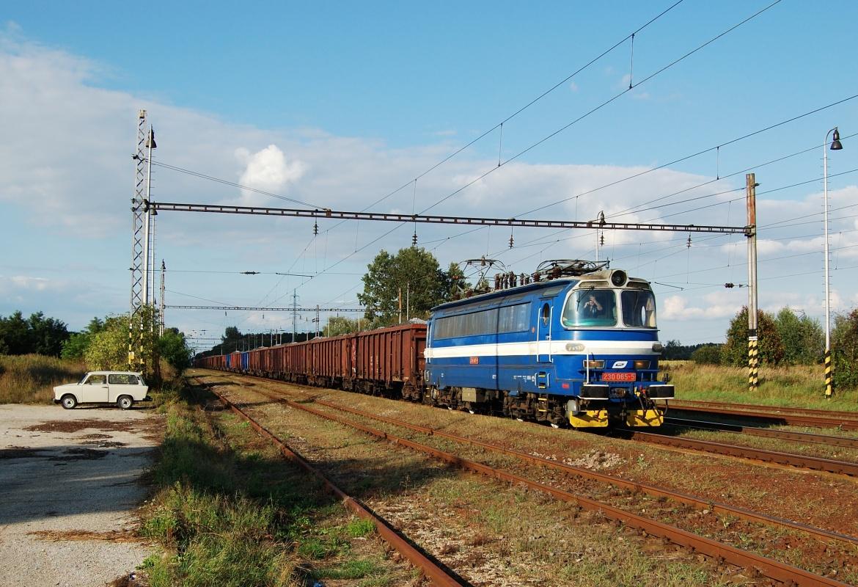 """'Laminátka"""" 230.065 projíždí s nákladním vlakem stanicí Sekule dne 06.09.2009"""