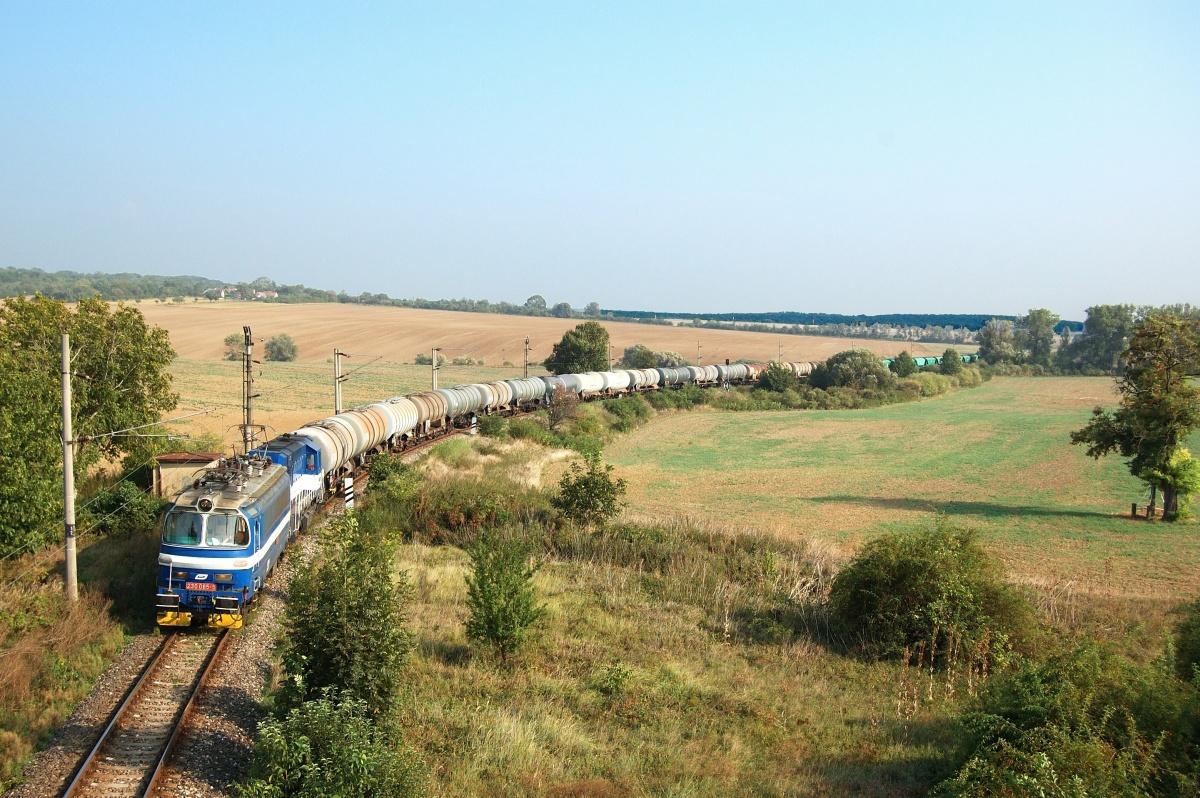 Sestava strojů 230.065+740.595+740.870+753.324 stoupá nad stanicí Boleraz dne 12.09.2009 s vlakem Pn 1.nsl. 50272