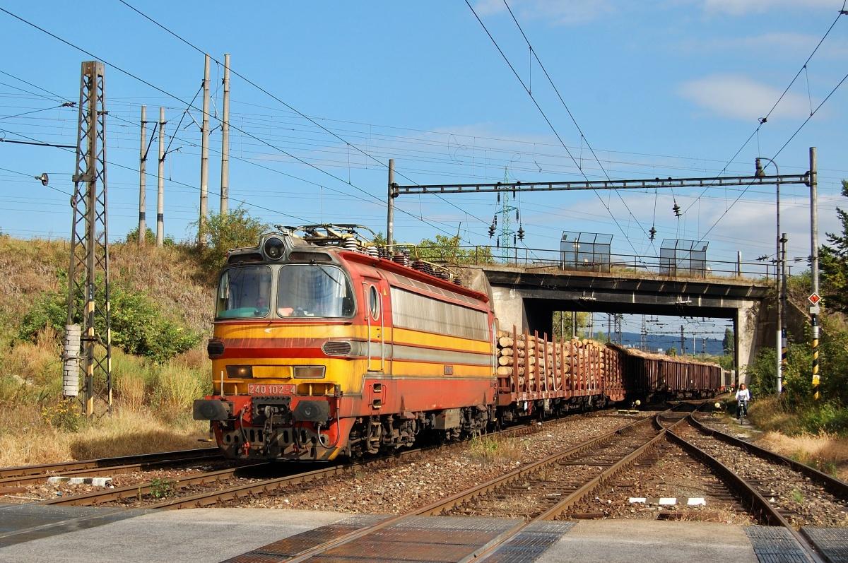 Do stanice Bratislava predmestie přijíždí dne 25.09.2009 nákladní vlak v čele s 240.102