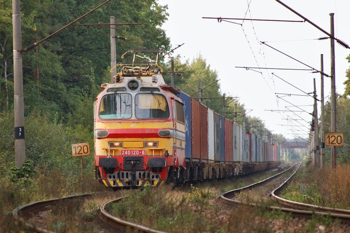 """Na konci přímého úseku Brodské – Kúty brzdí kontejnerový vlak v čele s 'laminátkou"""" 240.120 dne 27.09.2009"""