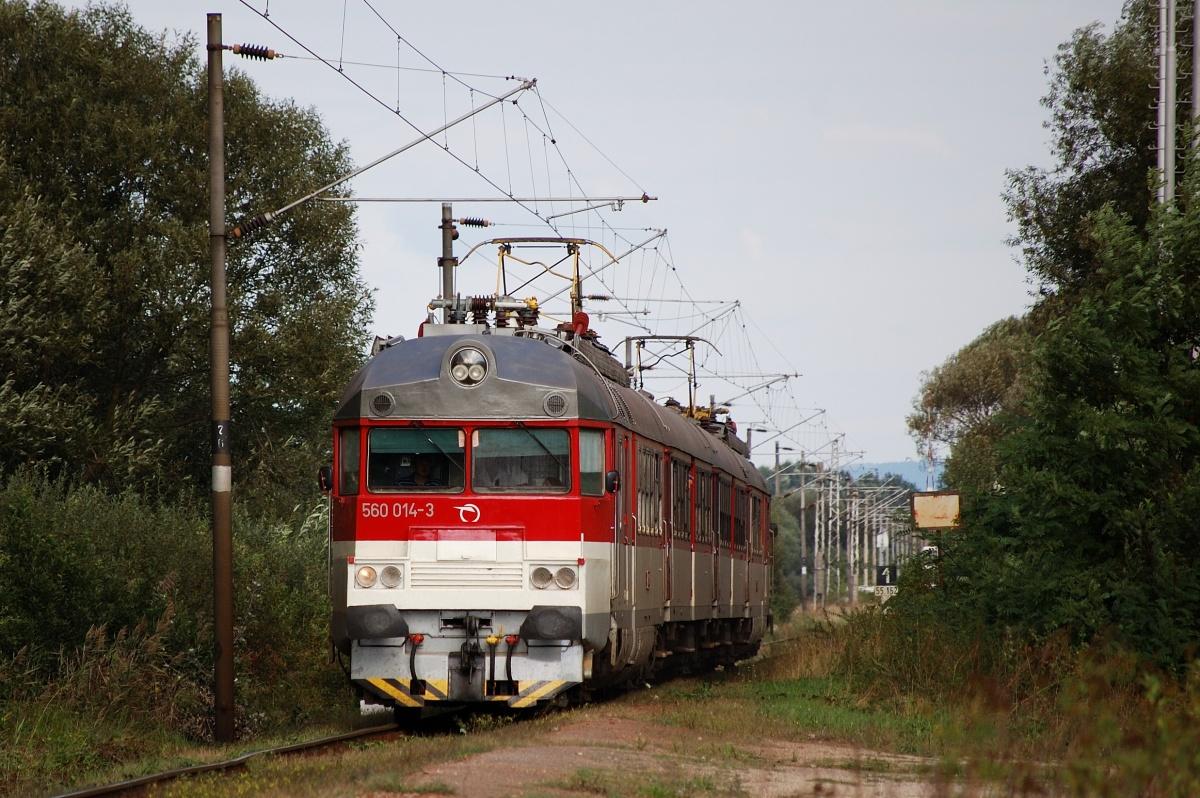Jednotka 560.013+014 přijíždí do zastávky Borský Mikuláš dne 06.09.2009