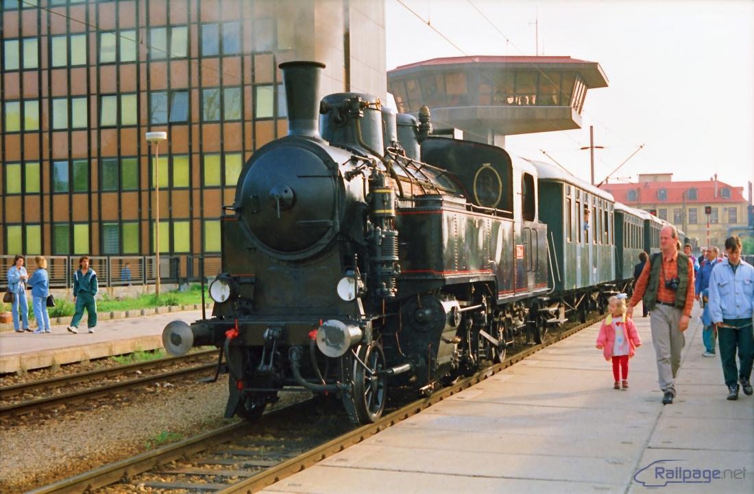 """""""Uhranka"""", ako je rušeň 331.037 prezývaný, je pripravený 3. mája 1997 v Trnave na """"jablonickom"""" nástupišti k odjazdu so zvláštnym vlakom do Jablonice a Brezovej pod Bradlom."""
