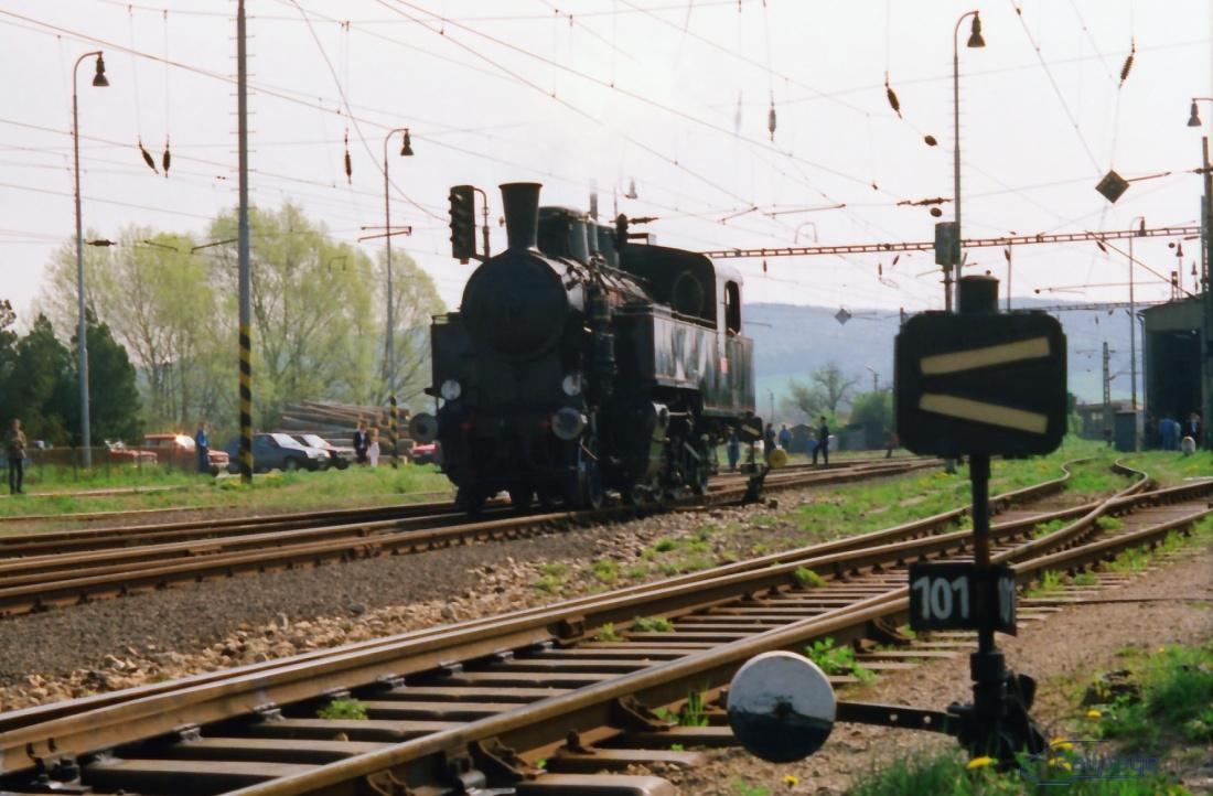"""Zo smeru od Trnavy do Brezovej ide vlak úvraťou, fotografia zachytáva """"Uhranku"""" pri obiehaní súpravy."""