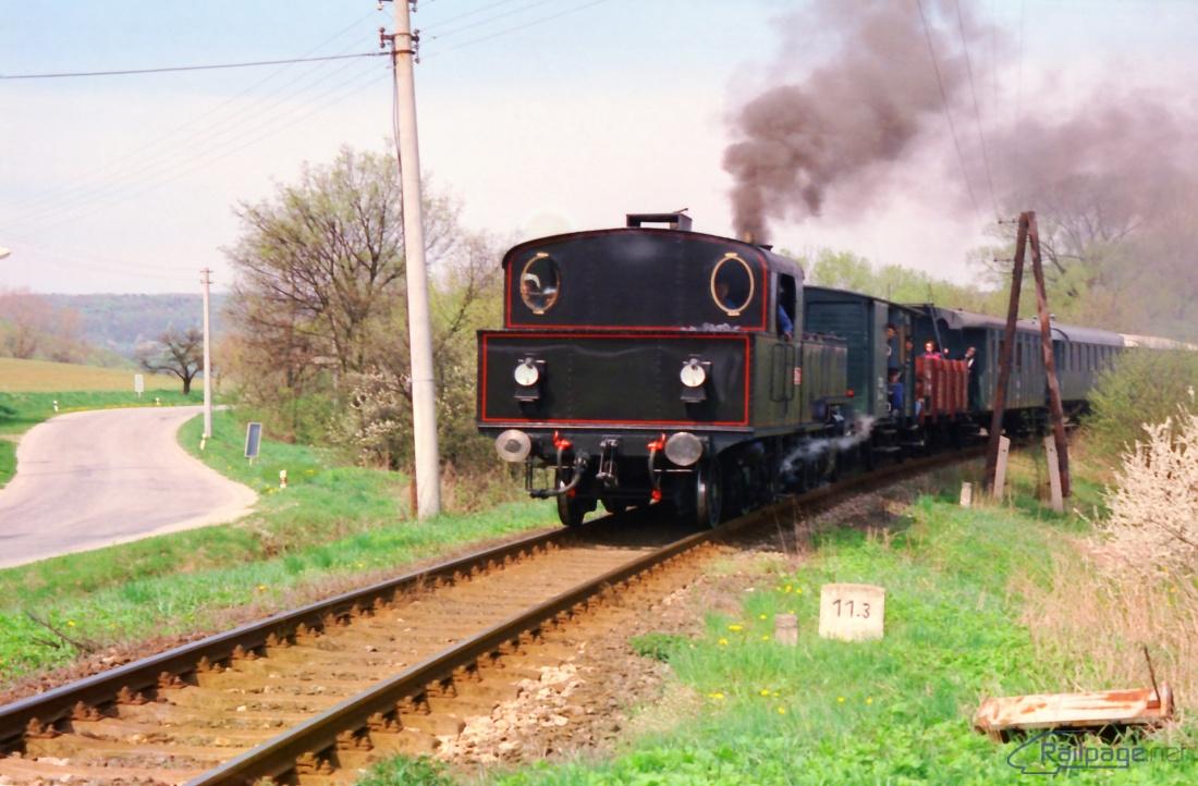Parný vlak sa blíži k stanici Brezová pod Bradlom.