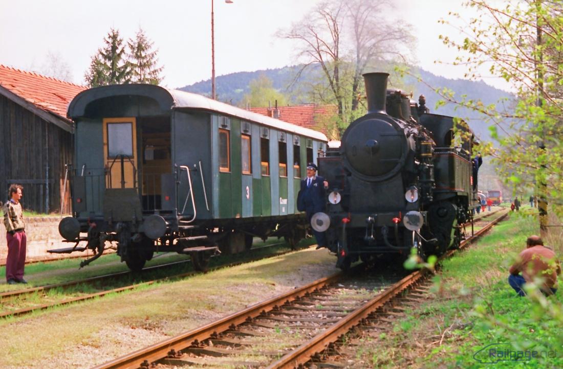 Brezová pod Bradlom – po obehnutí súpravy je parný vlak je pripravený na cestu späť do Jablonice