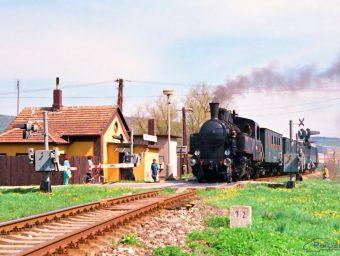 Parný vlak práve zastavuje na zastávke Jablonica obec.