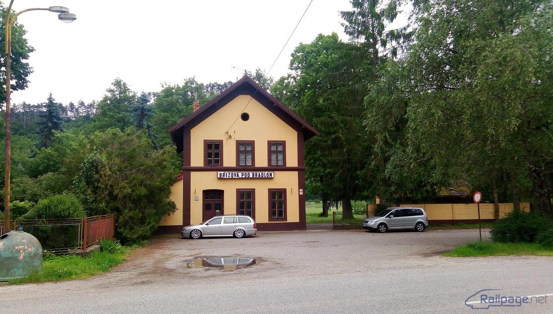Takto pekná a upravená staničná budova v Brezovej vyzerá dnes zo strany cesty, rovnako je pekne upravené okolie stanice.
