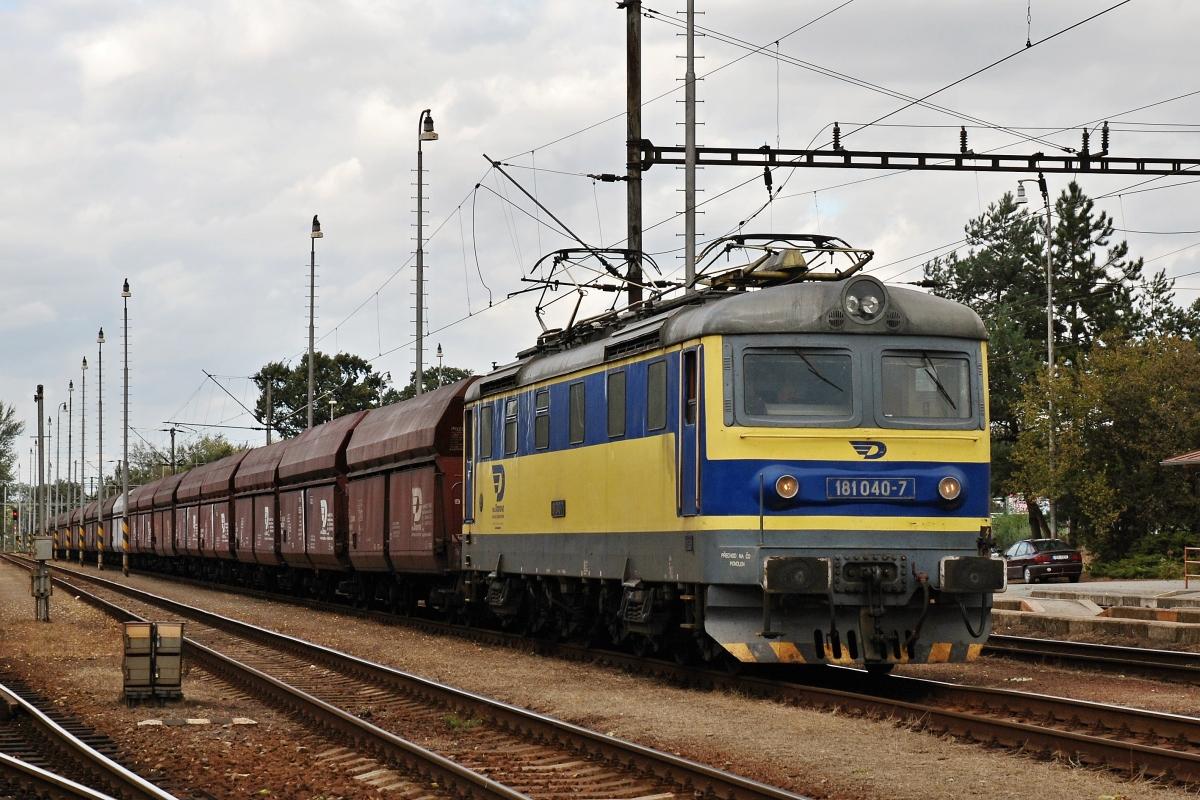 """""""Šestikolák"""" 181.040-7 OKD-Doprava s nákladním vlakem ve stanici Pardubice-Rosice nad Labem 4. října 2009. Foto: Josef Vendolský"""
