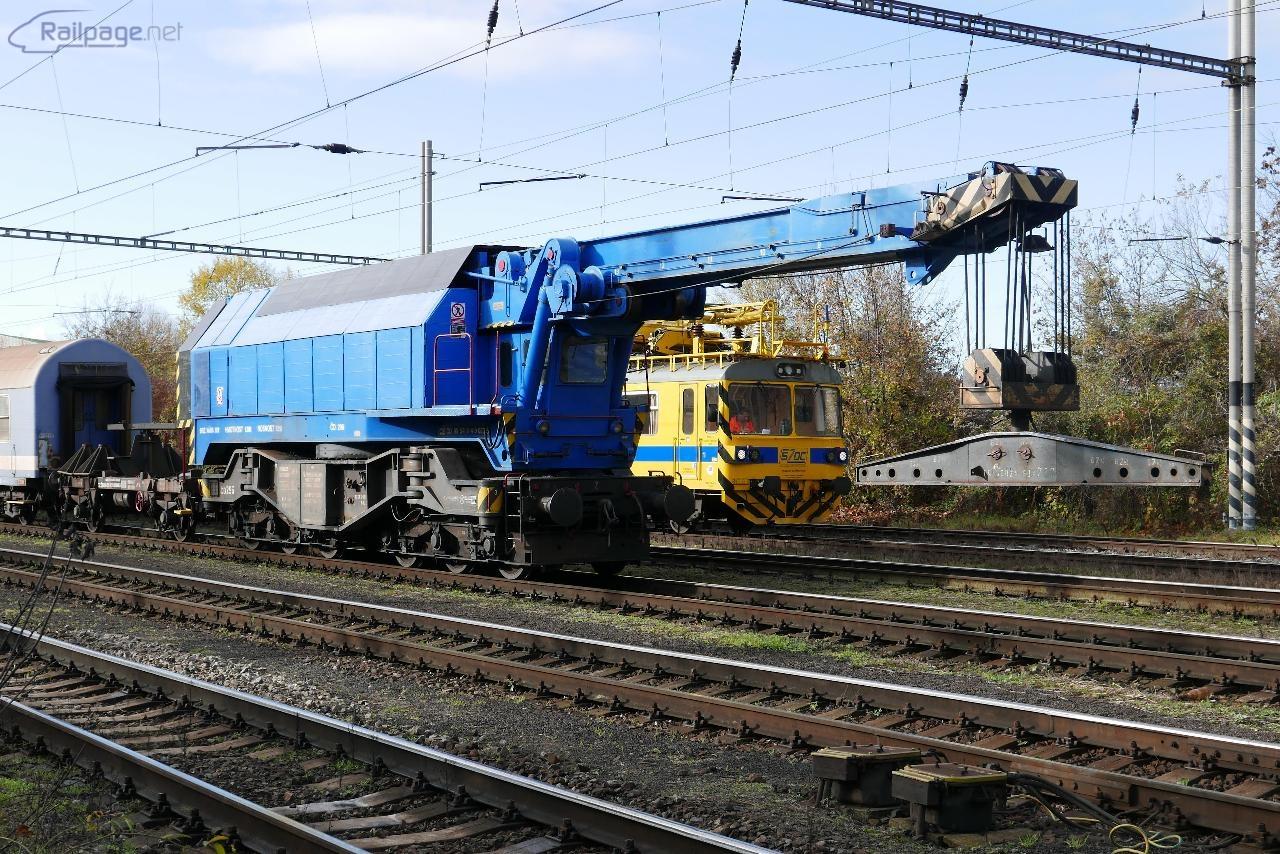 Pondelok. Pražský EDK 750, č. 296, čakajúci na svoje nasadenie v smere od Vršovic.