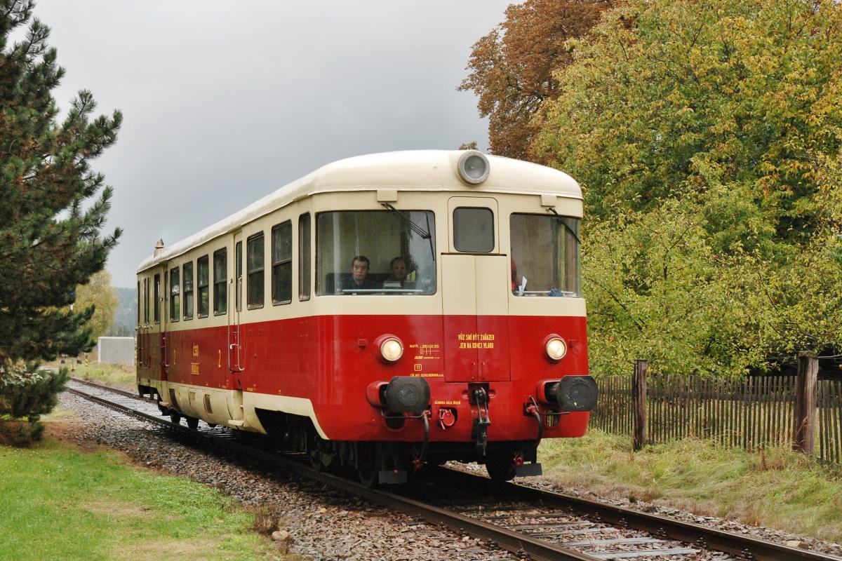 """Zvláštní narozeninový vlak se """"Singrovkou"""" M240.0113 projíždí 11. října 2009 Svitavy zastávku. Foto: Josef Vendolský"""