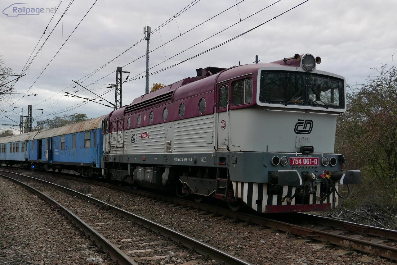 Pondelok. Nehodový vlak z Děčína priviezol okuliarnik 754 601.