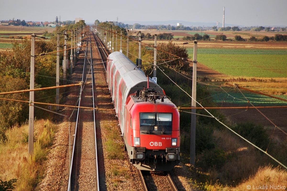 Obyčejný podvečer s dlouhými stíny dne 03.10.2009 v zastávce Rabensburg. Taurus 1116.021 přijíždí s osobním vlakem od Břeclavi.