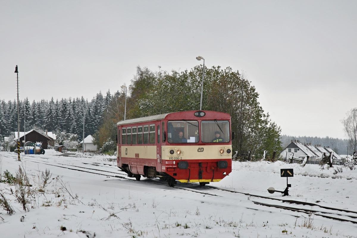 V noci z 15. na 16. října napadl na Vysočině mokrý těžký sníh, pod jehož tíhou popadalo množství ještě olistěných stromů, mj. na trať Svitavy - Žďárec u Skutče. Pro zprůjezdnění tratě vedoucí v těžko přístupném terénu byl vypraven pracovní vlak s hasiči vedený vozem 810.056-2 odjíždějící 16. října 2009 z Květné směrem do Svitav. Foto: Josef Vendolský