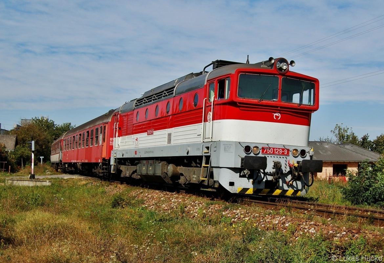 750.129 se stejným vlakem ještě jednou, tentokrát klopí oblouček před Nitrou