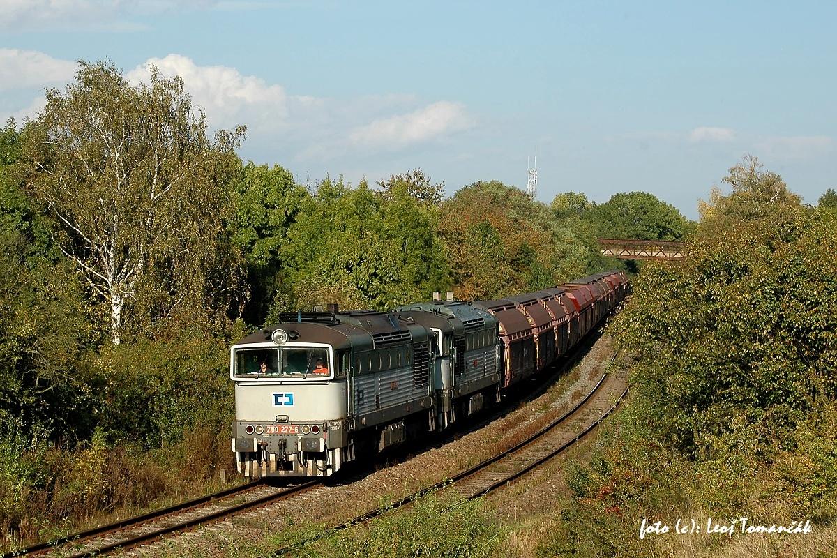 """Dceřinka ČD Cargo přesunula z Nymburka do Brna některé lokomotivy řady 750, které byly před tím dovybaveny dvojčlenným řízením. Začaly se tak nasazovat hlavně na noční nákladní vlak z Brna-Maloměřic do Kyjova. Výjimečně i ve dne, když jela ucelená zásilka sklářských písků z Jestřebí a pak zpět. """"Dvojče"""" lokomotiv 750.277 + 750.103 se s vyrovnávkovým vlakem přehouplo odpoledne 7. 10. 2009 přes sedlo u Brankovic. Foto: Leoš Tomančák"""