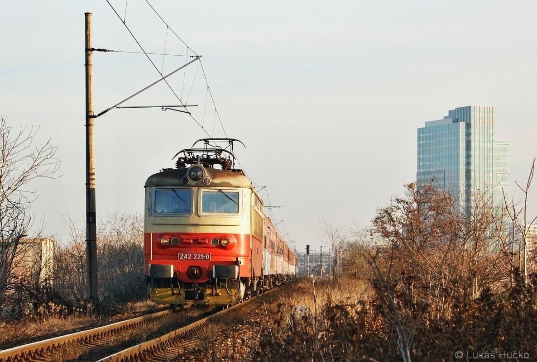 """Po náspu stoupá """"plecháč"""" 242.221 v čele R 270 """"Rastislav"""" ze své výchozí stanice Bratislava Nové Mesto dne 26.11.2009"""