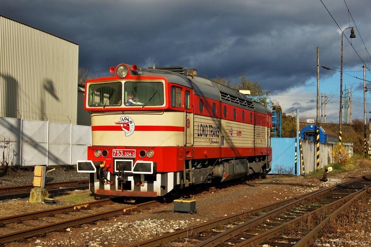 Příjde bouřka, ale snímek se musí stihnout. Rychlé odstavení stroje 753.324 v žst. Bratislava predmestie dne 24.11.2009
