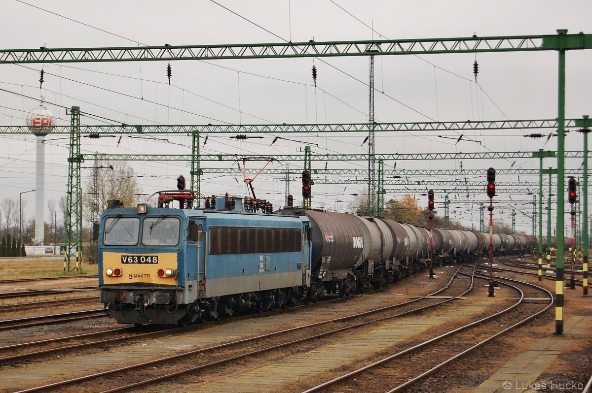Gigant starého označení V63.048 přijíždí do stanice Rajka dne 09.11.2009
