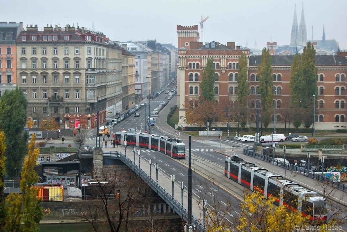 Psal se datum 17.11.2009 a já byl na brigádě ve Vídni, shodou okolností na balkóně. Na mostě Augartenbrücke se zrovna křižují dvě tramvaje před budovou spolkového ministerstva obrany.